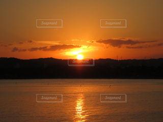 水の体に沈む夕日の写真・画像素材[1127536]