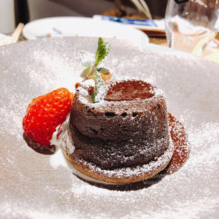 皿にチョコレート ケーキの写真・画像素材[1119221]