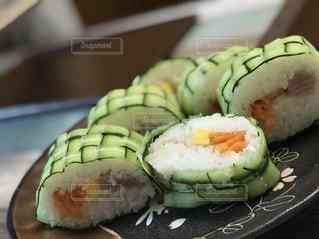 近くに寿司のプレートのアップの写真・画像素材[1119241]