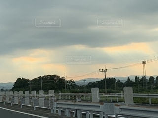 雲の切れ間から差す光の写真・画像素材[2778886]