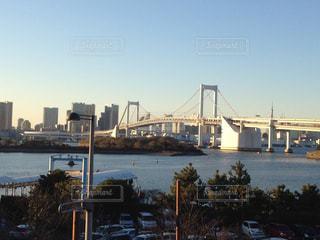 バック グラウンドで市と水の体の上の橋の写真・画像素材[1119361]
