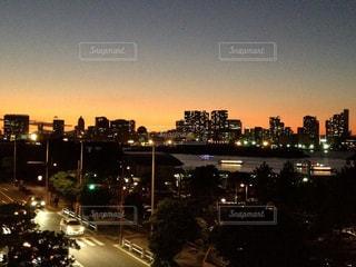 夜のトラフィックでいっぱい街の通りのビューの写真・画像素材[1119363]