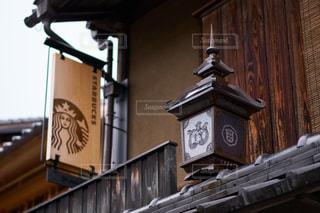 建物の側に時計の写真・画像素材[1119612]