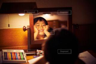 鏡の前での写真・画像素材[1122771]