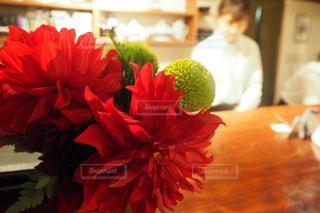 テーブルの赤い花の写真・画像素材[1125212]