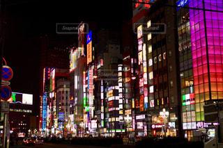 街の通りは夜のトラフィックでいっぱいの写真・画像素材[1119656]