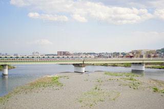 水の体の上を橋を渡る列車の写真・画像素材[1150960]