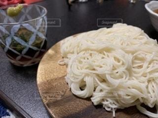テーブルの上の食べ物の皿のクローズアップの写真・画像素材[2279336]