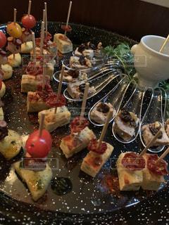 テーブルの上の食べ物の写真・画像素材[2279366]