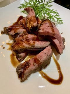 肉と野菜をトッピングした白い皿の写真・画像素材[2279367]
