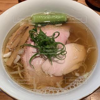 白い皿の上のスープのボウルの写真・画像素材[2279370]