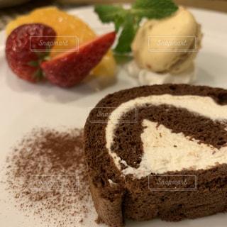 皿の上のケーキの写真・画像素材[2279371]
