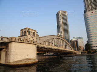 バック グラウンドで市と水に架かる橋の写真・画像素材[1119836]