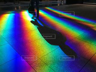 床に写った虹色の光の写真・画像素材[1121674]