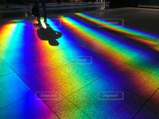 床に写った虹色の光の写真・画像素材[1121675]