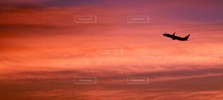 空を飛んでいる飛行機の写真・画像素材[1121677]