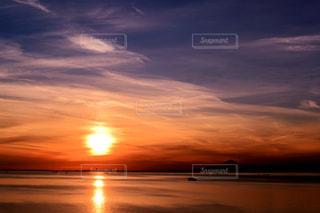 水の体に沈む夕日の写真・画像素材[1121678]