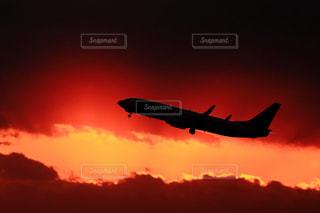 曇り空を飛ぶ大型旅客機の写真・画像素材[1122808]