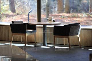 ダイニング ルームのテーブル ウィンドウの前での写真・画像素材[1122819]
