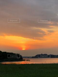 水辺に沈む夕日の写真・画像素材[1307437]