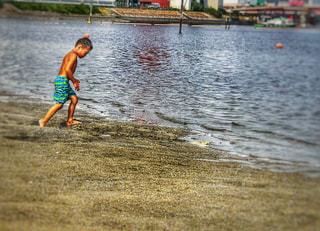 水辺に子供の写真・画像素材[1369879]
