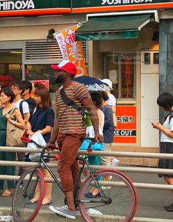 自転車で移動中の写真・画像素材[1375264]
