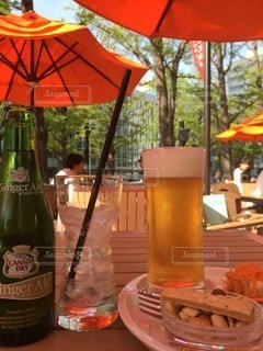 天気が良い日のテラス席で飲むビールの写真・画像素材[36290]