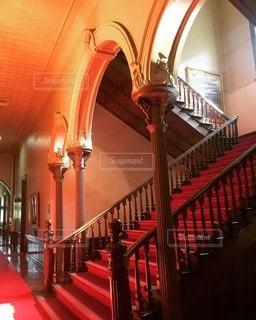大正ロマンを感じる赤いカーペットのレトロな建物内部の写真・画像素材[36291]