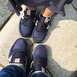 お揃いの青いスニーカーをはいたカップルの足元の写真・画像素材[36306]