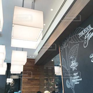 カフェの黒板と照明の写真・画像素材[1106107]