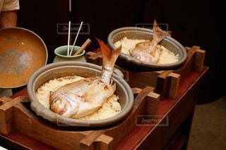 テーブルの上の食べ物 鯛めしの写真・画像素材[1106125]