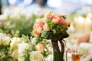 テーブルの上に花瓶の花の花束の写真・画像素材[1106126]