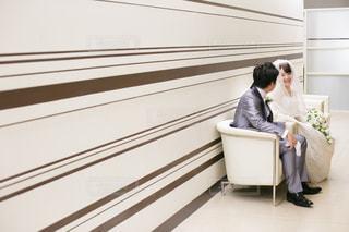 椅子に座る新郎新婦の写真・画像素材[1106173]