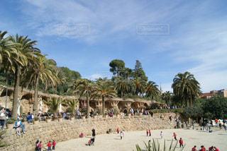 スペインの公園の広場にいる人々の写真・画像素材[1106175]