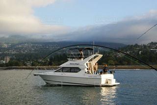 湖の水上に浮かぶモーターボートの写真・画像素材[1106178]