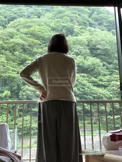 窓の前に立っている人の写真・画像素材[1107428]