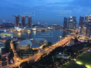 シンガポールのビルの屋上からの夜景 市街地とマリーナの写真・画像素材[1107576]