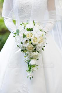 ウェディングドレスを着てブーケを持っている花嫁の写真・画像素材[1108268]