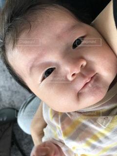 近くに赤ちゃんのアップの写真・画像素材[1252297]
