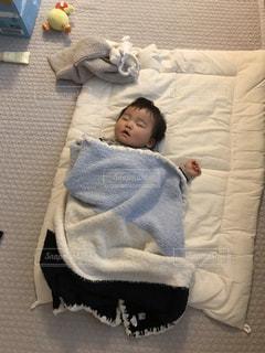 赤ちゃんのベッドの上で横になっています。の写真・画像素材[1824223]