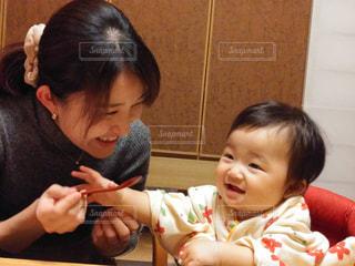 テーブルに座っている小さな子供の写真・画像素材[1824224]
