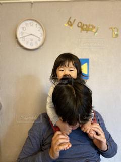 家で在宅勤務をしていたら女の子にじゃまされて仕事にならない父親の写真・画像素材[3254582]