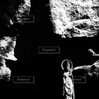 岩場に立つ石像の写真・画像素材[1120429]
