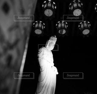 闇夜の観音様の写真・画像素材[1120431]