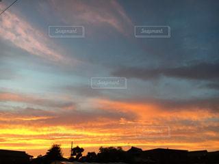 夕焼け空に浮かぶ雲のグループの写真・画像素材[1124473]