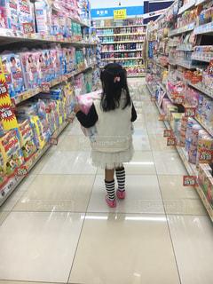 店の前に立っている人の写真・画像素材[1125263]