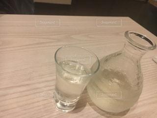 テーブルの上に水のガラスの写真・画像素材[1156066]