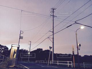 道路の側をオフにぶら下がってトラフィック ライトの写真・画像素材[1394322]