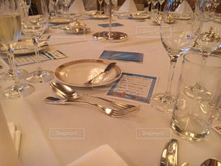 ワイングラスを持ってテーブルに座っている人々のグループの写真・画像素材[3245994]