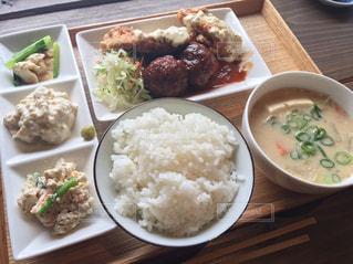 米肉と野菜をテーブルの上に食べ物のプレートの写真・画像素材[1833475]